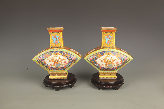 PAIR OF FAMILLE-ROSE FAN SHAPE PORCELAIN JAR