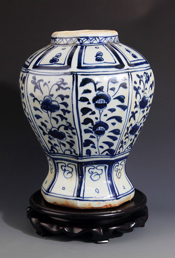 A PAINTED EIGHT EDGE BLUE AND WHITE PORCELAIN JAR