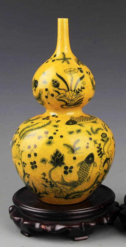 A FINE YELLOW COLOR CUCURBIT SHAPED PORCELAIN BOTTLE