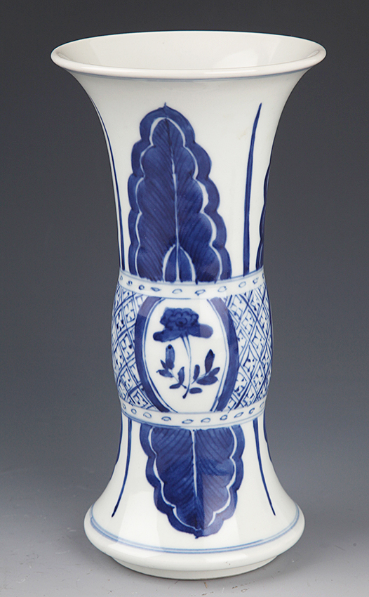 A FINELY PAINTED BLUE AND WHITE PORCELAIN BOTTLE