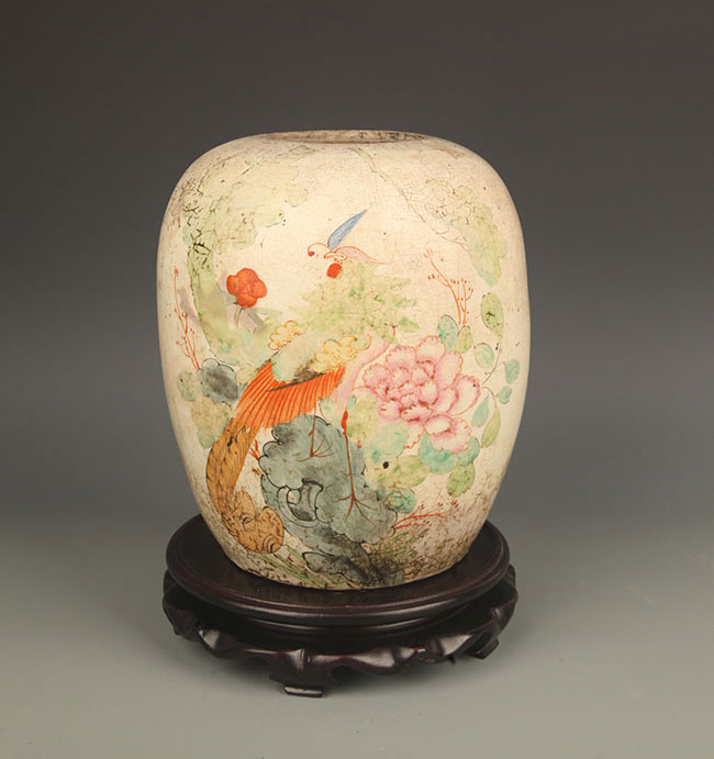 A FAMILLE-ROSE PAINTED ROUND PORCELAIN JAR