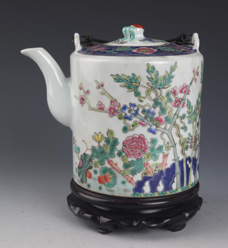 A FAMILLE ROSE PORCELAIN TEA POT