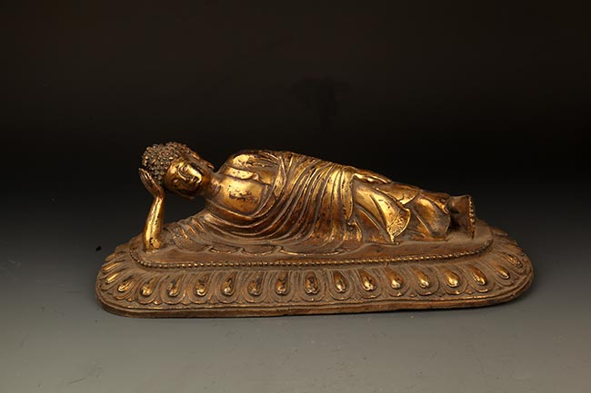 A FINELY CARVED LIYNG BRONZE BUDDHA
