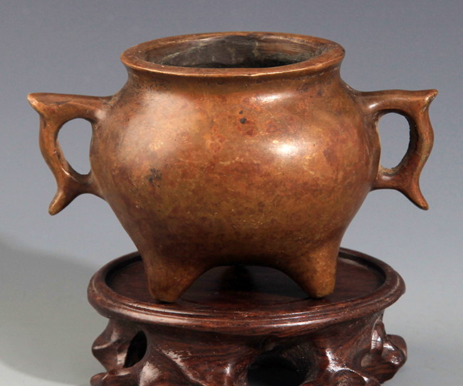 A DOUBLE FIGH EAR SHAPED BRONZE CENSER
