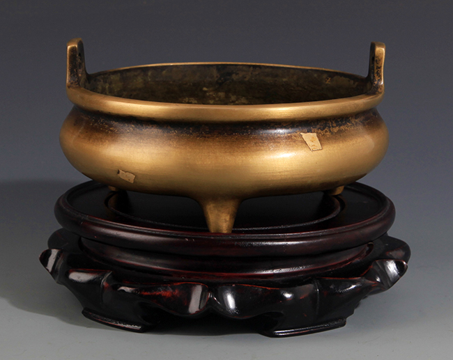 A SPRINKLE GOLD ROUND BRONZE CENSER