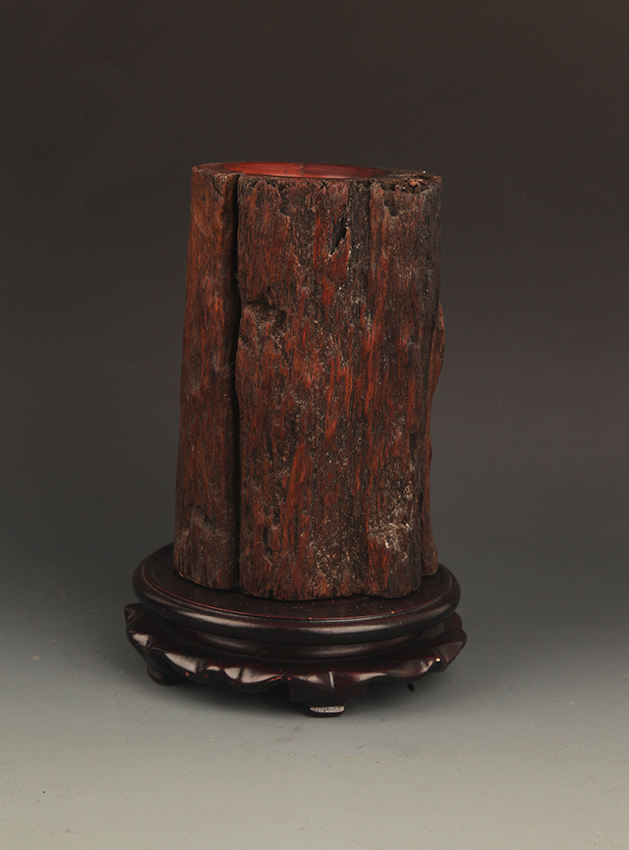A FINELY CARVED BRUSH HOLDER