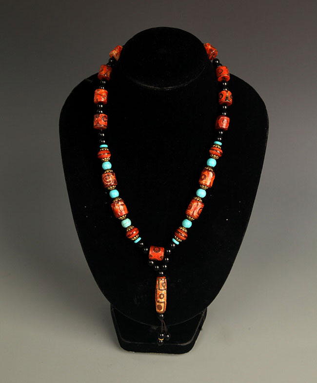 A FINE TIAN ZHU NECKLACE