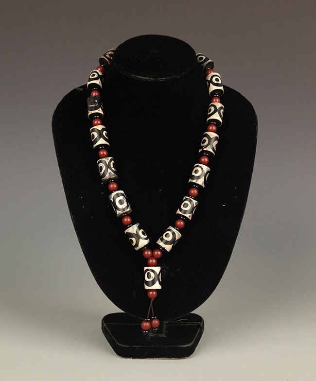 A FINE TIBETAN TIAN ZHU NECKLACE