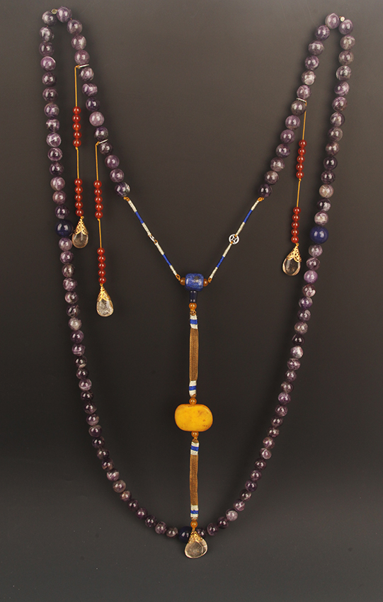 A FINE PURPLE CRYSTAL CORAL ROYAL NECKLACE