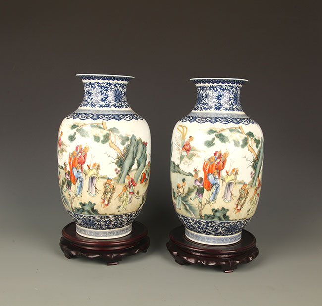 PAIR OF FAMILLE ROSE FINELY PAINTED LARGE JAR