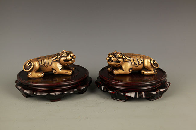 PAIR OF RUI SHOU FIGURE BRONZE PAPER WEIGHT