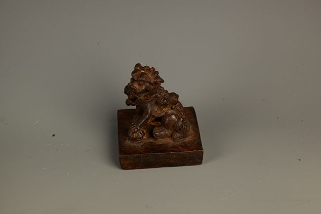 A FINELY CARVED LION FIGURE BRONZE SEAL