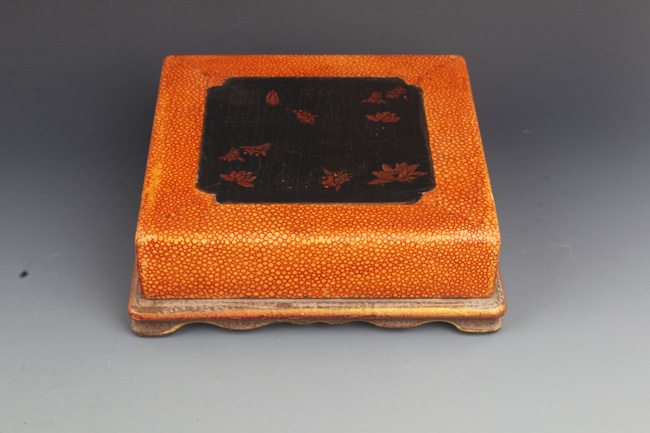 A FINE GILT LACQUERED WOOD BOX