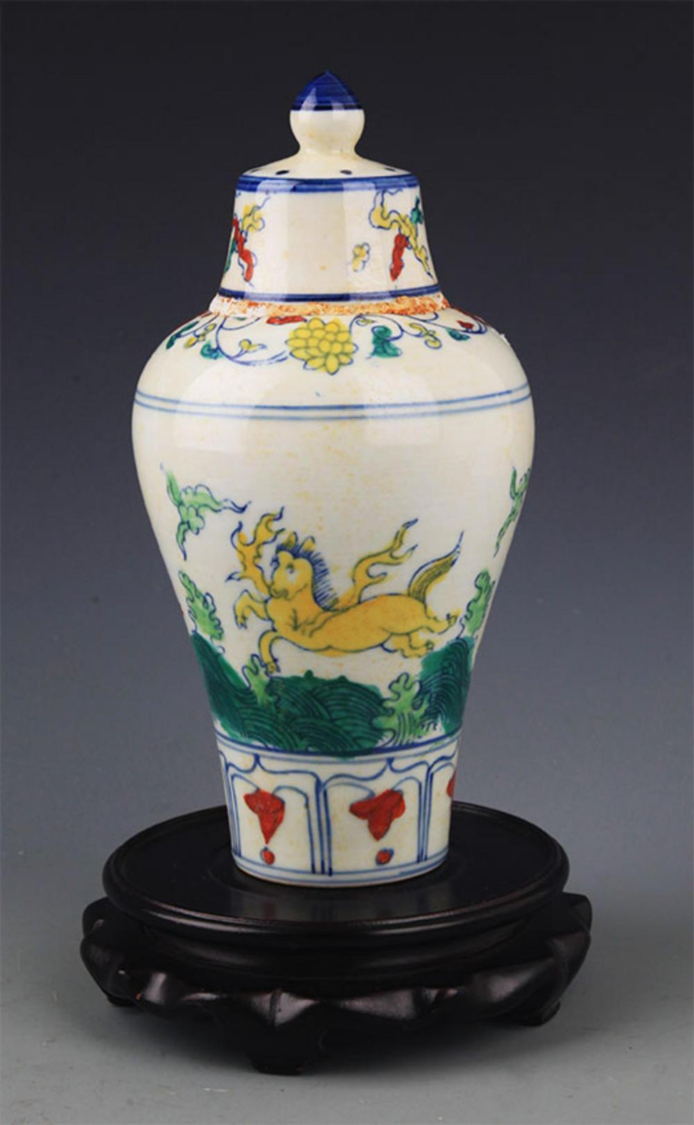 A FINE DOUCAI ANIMAL PATTERN PORCELAIN BOTTLE