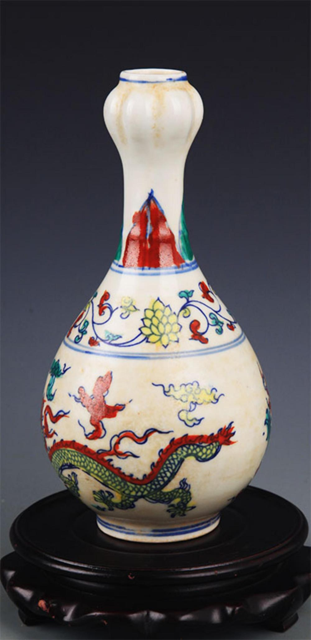 A FINE DOUCAI PORCELAIN GARLIC HEAD BOTTLE