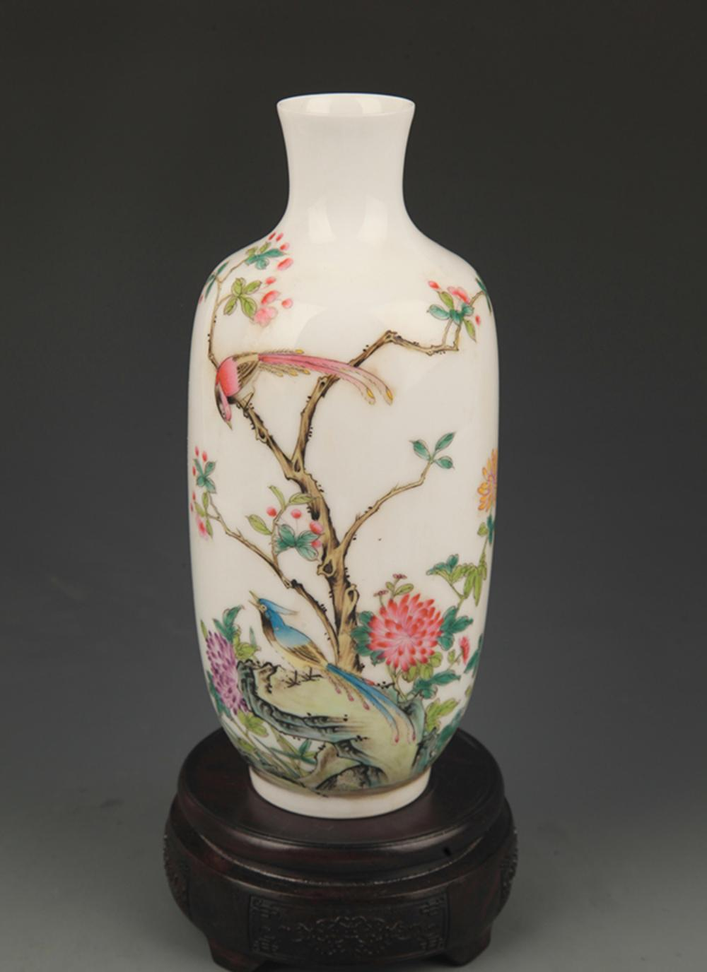 A RARE FAMILLE ROSE PEONY AND CHICKEN PATTERN WOODEN CLUB VASE