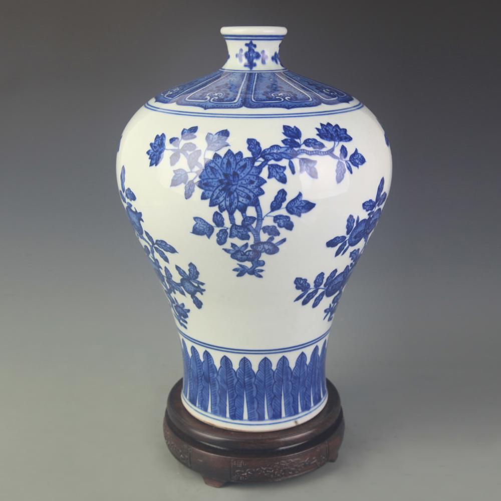 A RARE BLUE AND WHITE FLOWER PATTERN MEI STYLE VASE