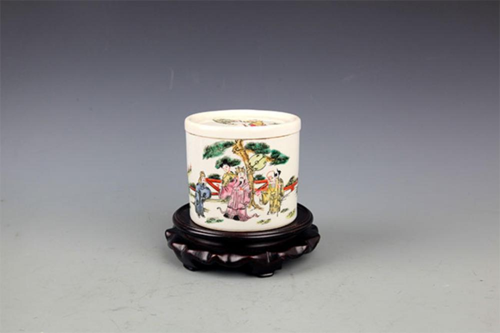 A SMALL FAMILLE-VERTE PORCELAIN CRICKET BOX