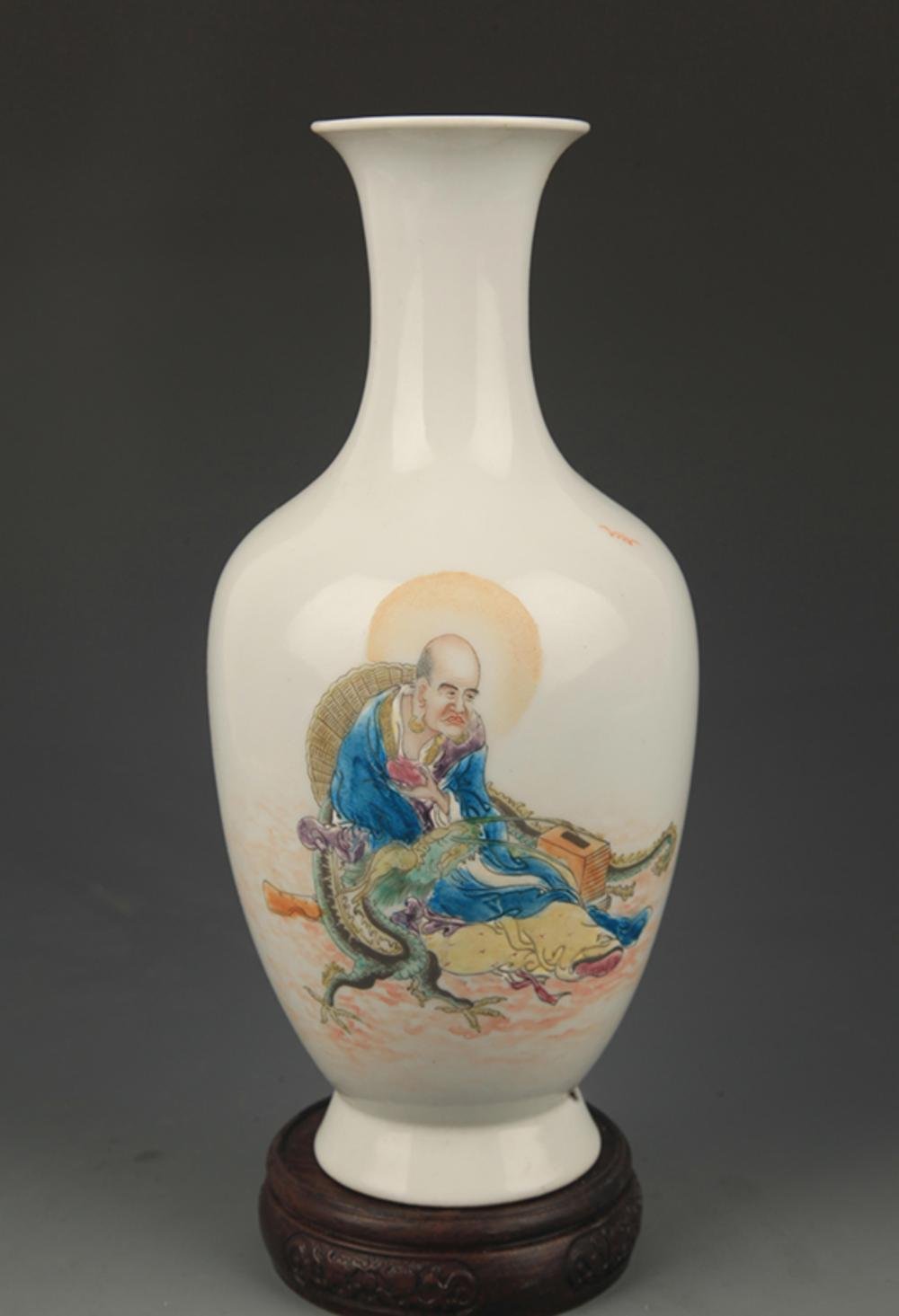 WANG QI MARK FAMILLE ROSE CHARACTER PATTERN PORCELAIN VASE