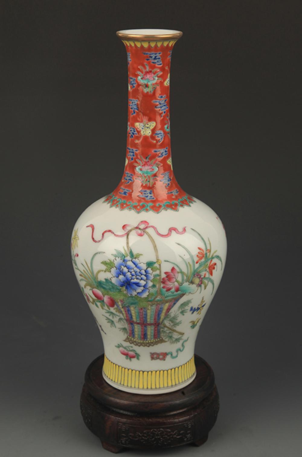 A FINE FAMILLE ROSE FLOWER PATTERN LONG NECK VASE