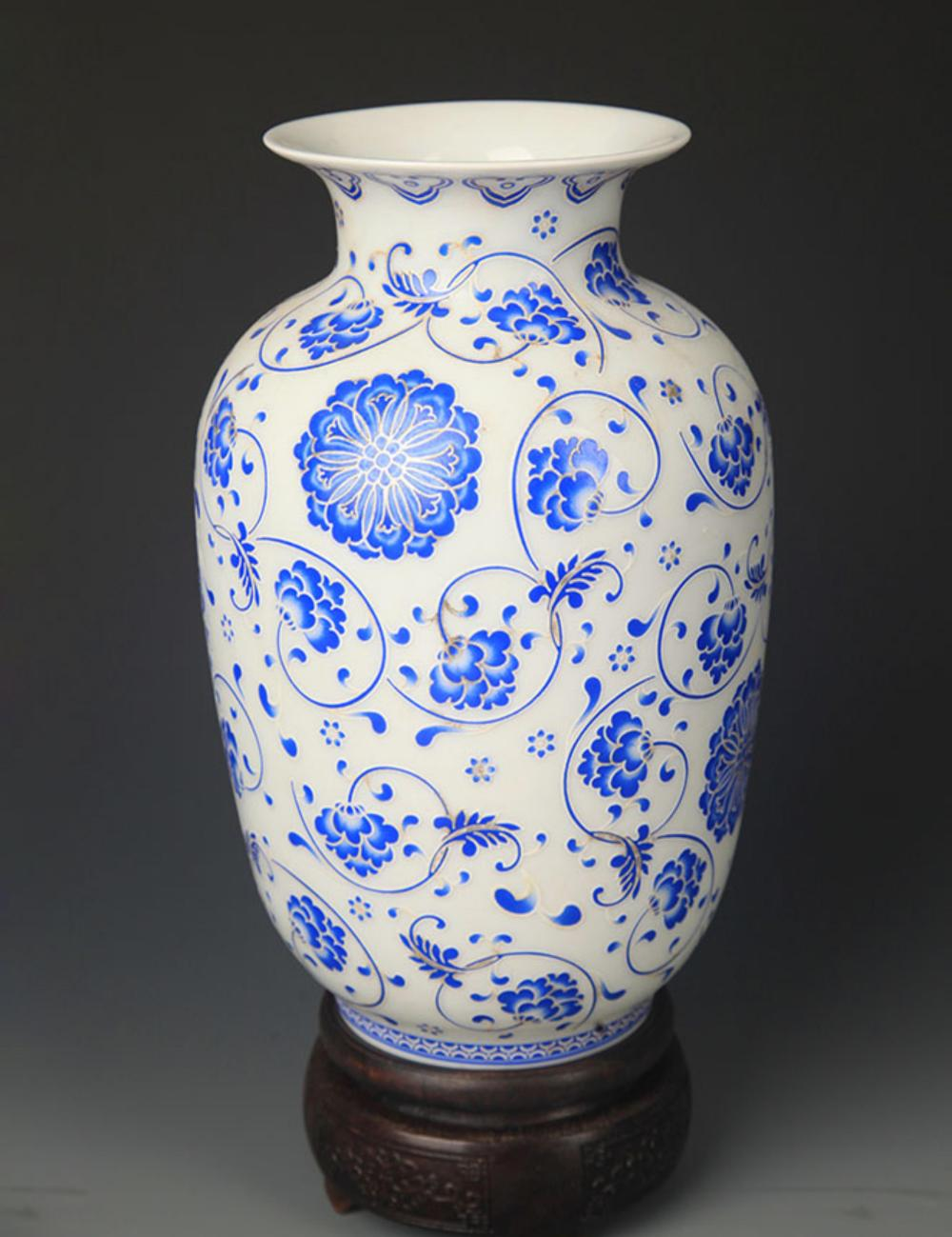 A BLUE AND WHITE FLOWER PATTERN LANTERN VASE