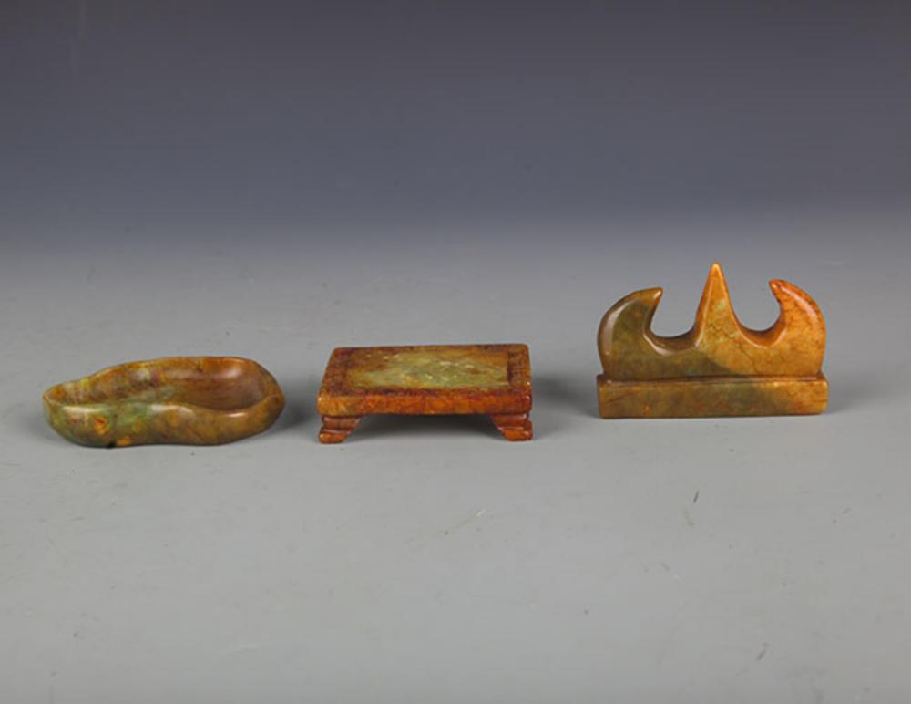 A SET OF THREE JADE CALLIGRAPHY SET