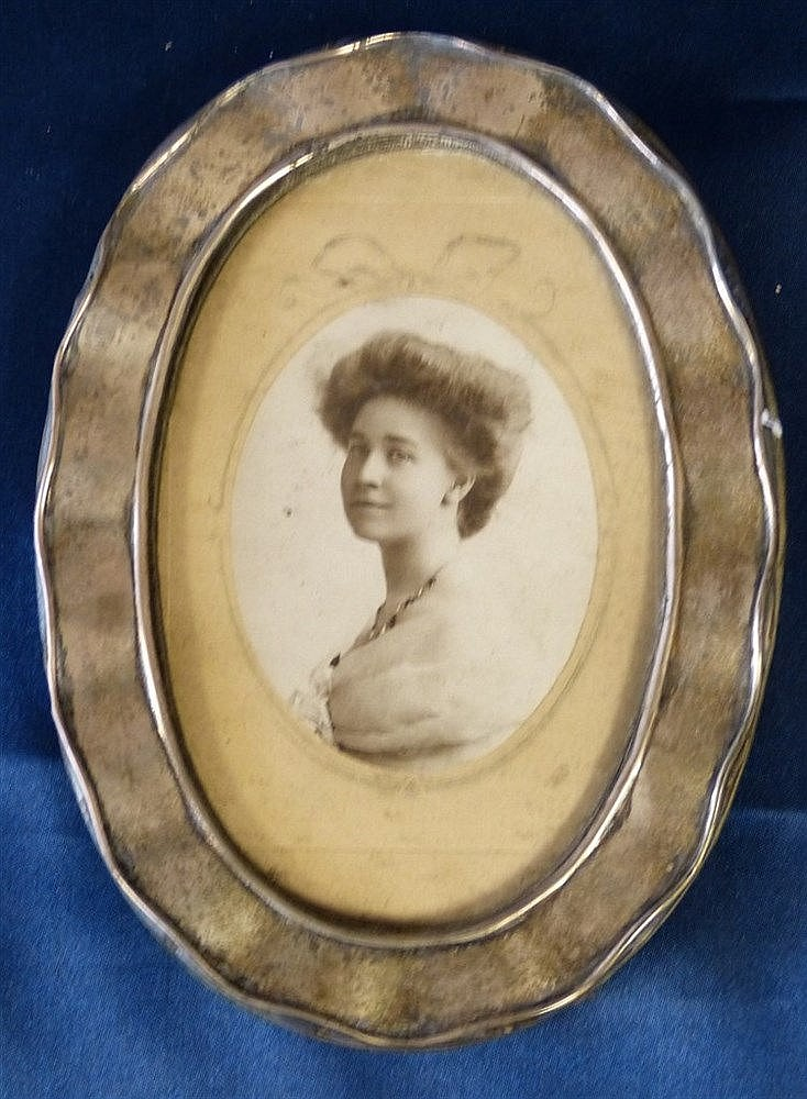 An Oval Birmingham Silver Mounted Freestanding Photograph Frame h