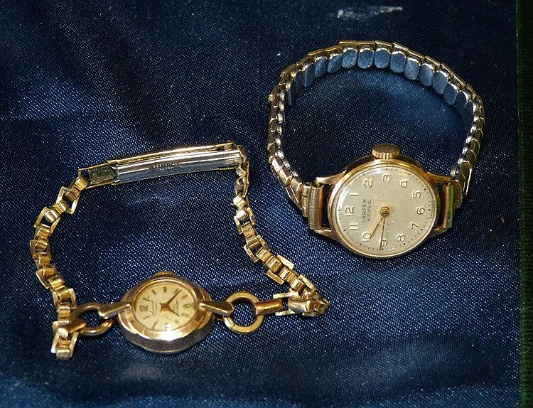An Accurist 9ct Gold Ladies West Watch having strap bracelet and
