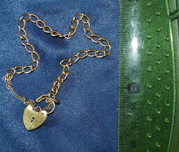A Small 9ct Gold Linked Bracelet having padlock clasp, 6.2gms