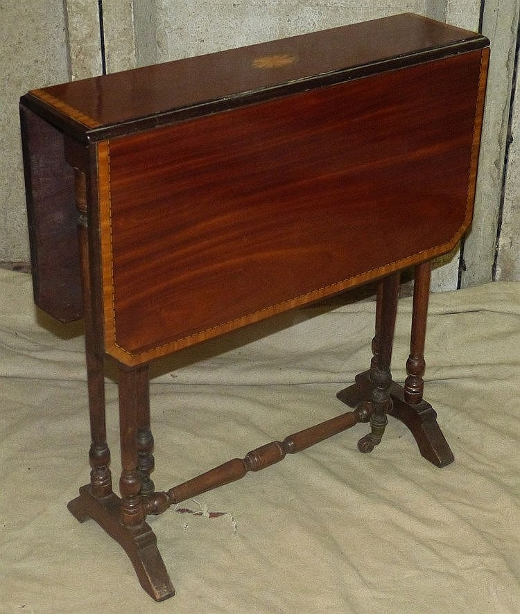 An Edwardian Mahogany Sutherland Table having inlaid shell motif,