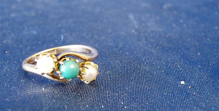 An 18ct Gold Ladies Twist Ring set with centre green stones, flan