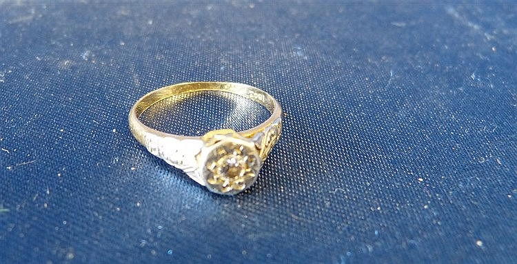 An 18ct Gold Small Ladies Solitaire Diamond Ring, size M/N