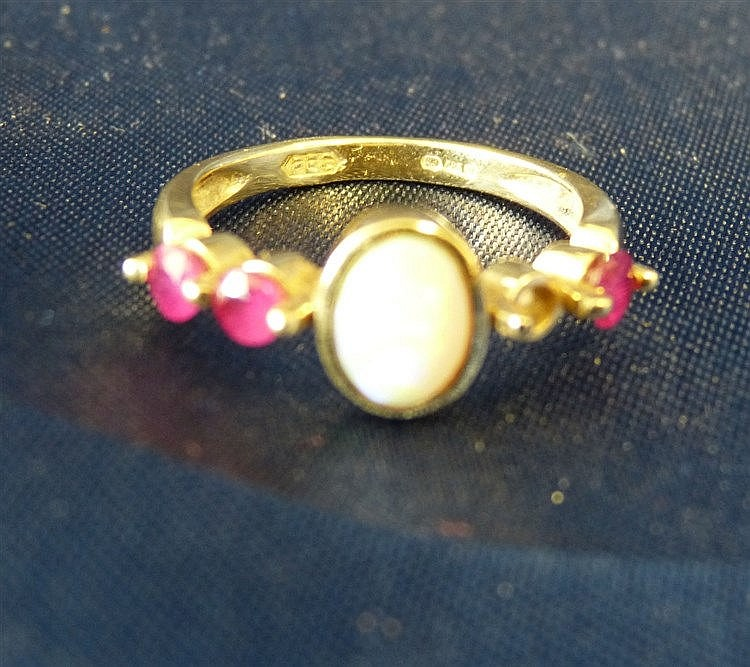 A 15ct Gold Ladies Ring set with centre opal flanked by 4 garnets