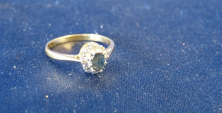 An 18ct Gold Ladies Small Cluster Ring set with centre sapphire s