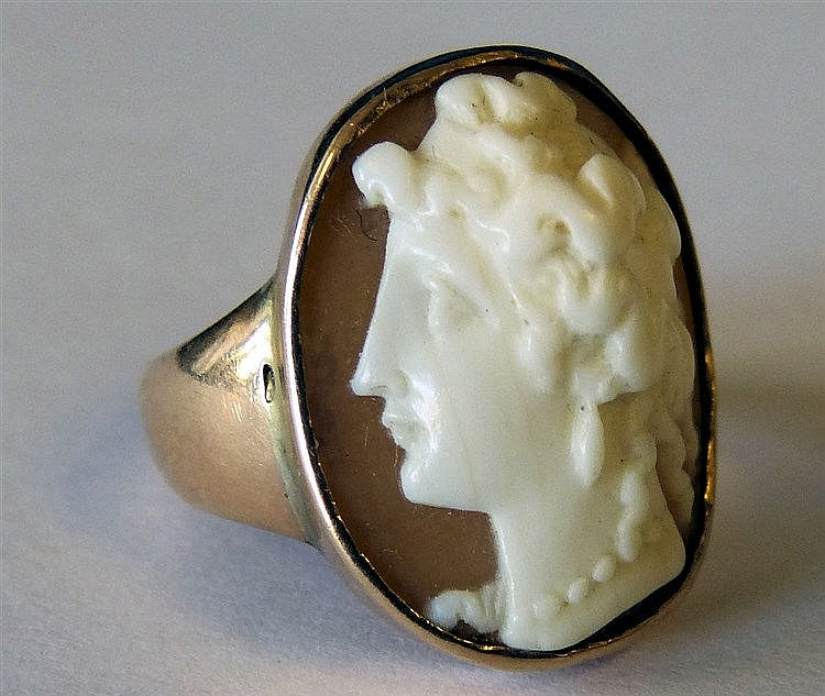 A Gold Ring Set with Cameo depicting portrait