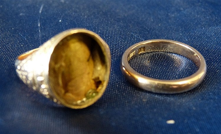 A 9ct Gold Wedding Ring, also another oval ring (stone missing) 5