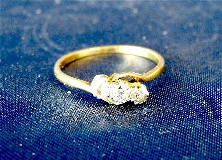 An 18ct Gold Small 3 Stone Diamond Twist Ring, ring size U