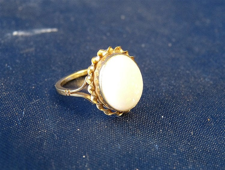 A 9ct Gold Ladies Oval Opal Ring having twist rim, size M
