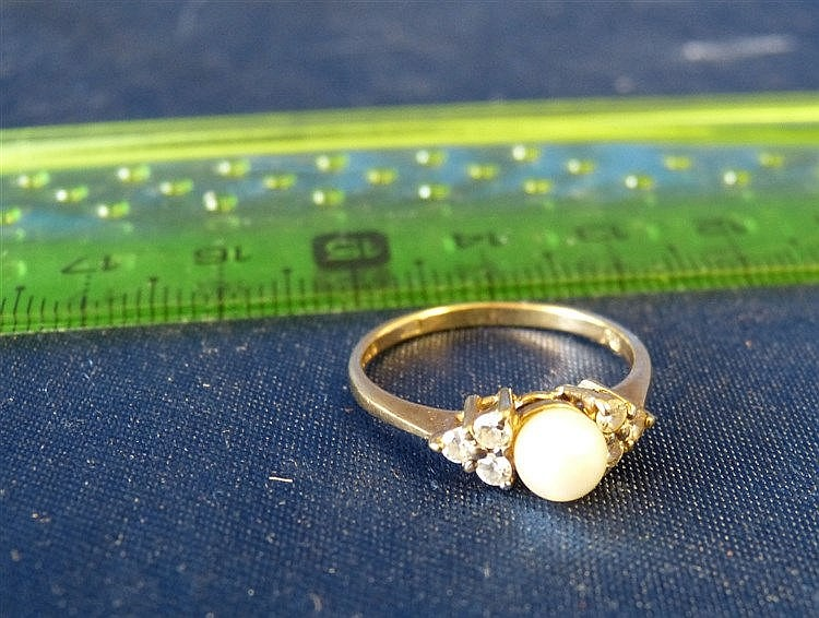 A 9ct Gold Ladies Ring set with centre pearl, size N