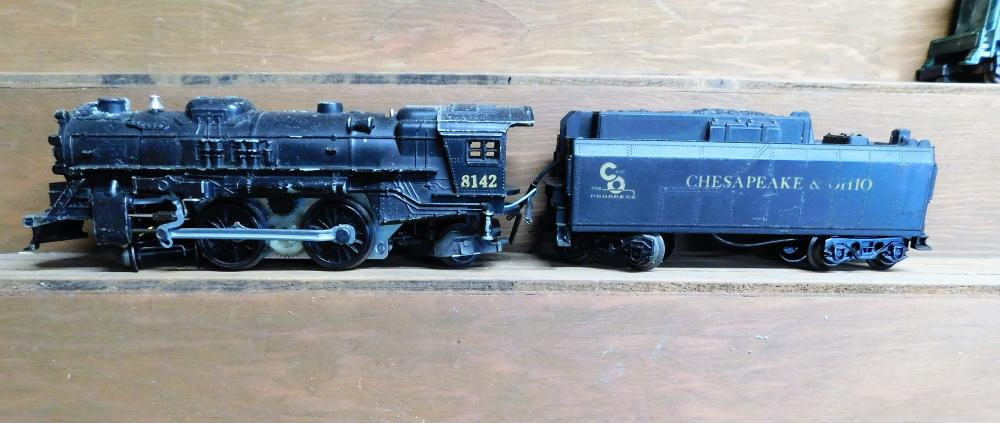 Lot 37: Lionel 8142 engine w/Chesapeake and Ohio tender