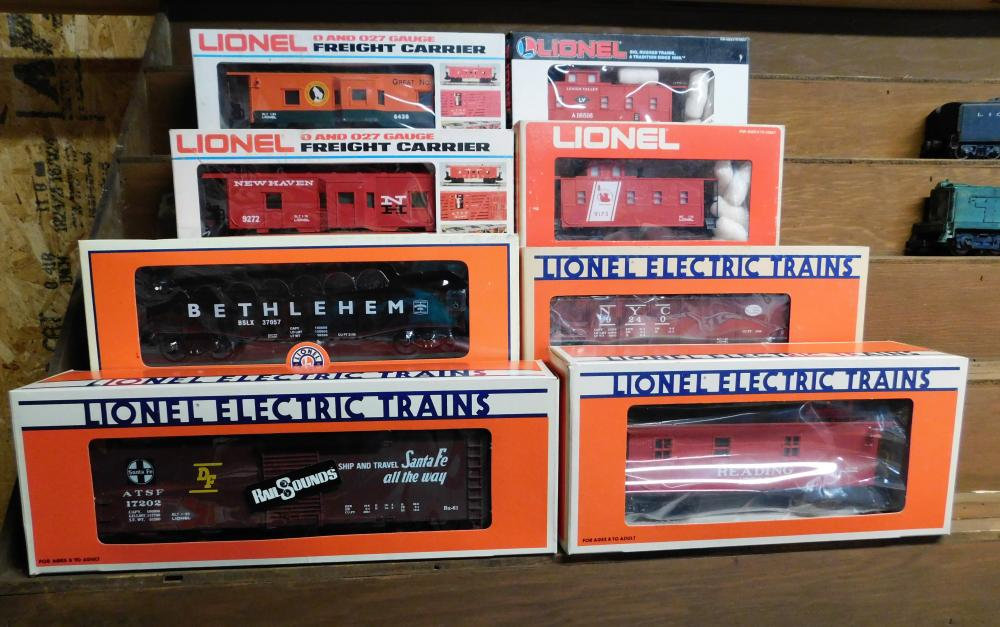 Lot 43: Lot of 8-Lionel O Gauge cars--Freight carrier-6438, Lehigh Valley, New Haven, Central RR, Bethlehem, NYC, Santa Fe All the way