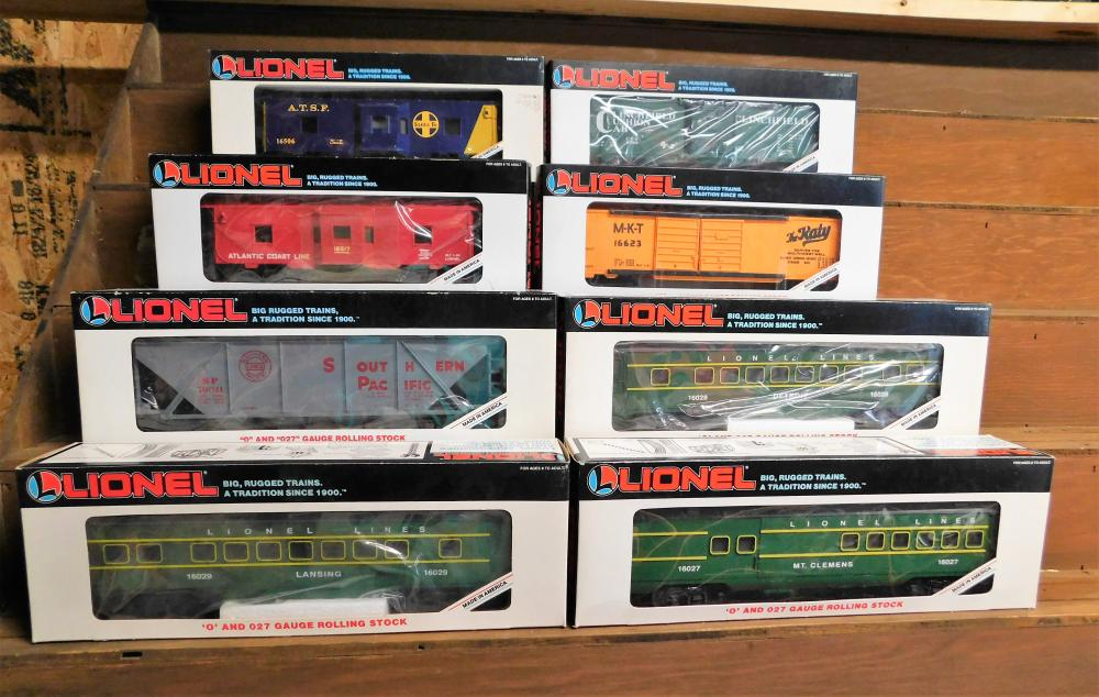 Lot 44: Lot of 8 Lionel cars--ATSF, Clinchfield Cushion car, Atlantic coast line, MKT, Southern Pacific, Lionel lines passenger cars (3)