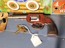 Lot 123: Wyandotte model shooting gallery with original gun and dart on card. Key wind. Working. Tin Litho