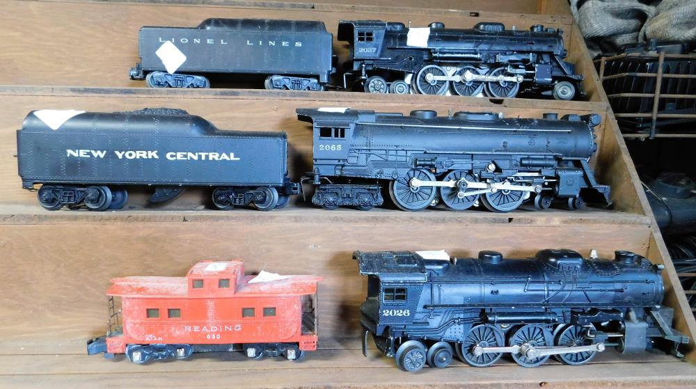 Lot 164: Lionel 2037, 2065, 2026, and 2 tenders. Reading cab.