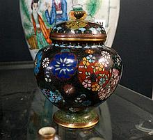 Antique Japanese fineley decorated cloissonne 15 cm lidded jar with 2 chara