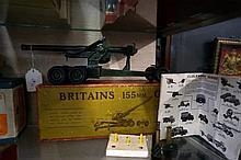 Britains die cast 155mm gun No 2064 in original box with accessories