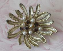 estate jewelry: pin brooch with faux pearls
