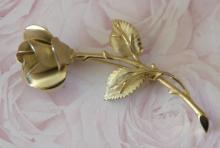 estate jewelry: flower shaped pin brooch