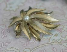 estate jewelry: vintage gold tone flower shaped pin brooch