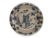 A large Swatow charger decorated with a Qilin to the centre, amidst flowers. China, Ming. Diam. 36 cm. H. 7,5 cm.